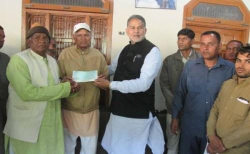शिक्षा मंत्री रामबिलास शर्मा ने गौशाला की मरम्मत के लिए दिया 21 लाख का चेक
