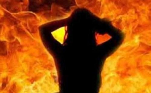 16 वर्षीय नाबालिक लड़की के साथ गैंगरेप, फिर आग में झोंका