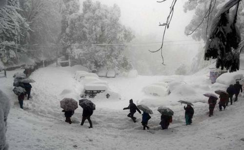 हिमाचल में मौसम खराब के चलते हुआ हिमपात