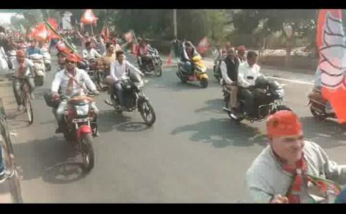 कमल संदेश बाइक यात्रा पर बिना हेलमेट निकले कार्यकर्ता