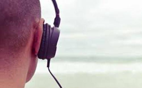 हेडफोन इस्तेमाल करने की आदत बना सकती है बहरा