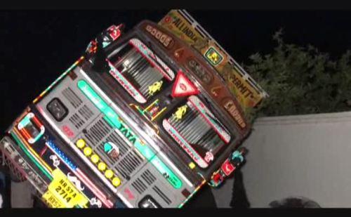 ओवरलोड ट्रक ने घर को निशाना बनाते हुए किया क्षतिग्रस्त