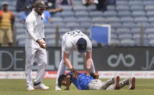 पुणे टेस्ट के दौरान सुरक्षा कॉर्डन तोड़ मैदान में घुसा फैन, छुए रोहित शर्मा के पैर