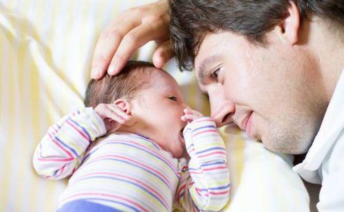 पहली बार पिता बनने पर माँ के साथ-साथ पिता भी रखें इस बात का ध्यान