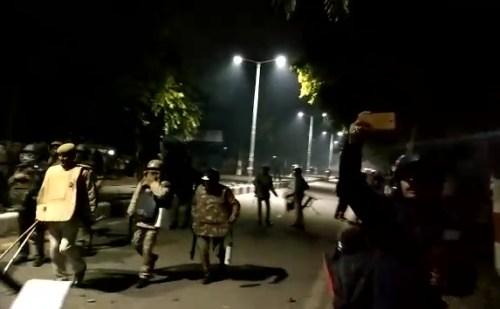 अलीगढ़ मुस्लिम यूनिवर्सिटी में हुए बवाल, डीआईजी घायल