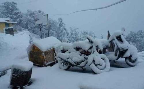उत्तराखंड के कई इलाकों में भारी बर्फबारी, बर्फ की वजह से थल-मुनस्यारी मोटरमार्ग बंद