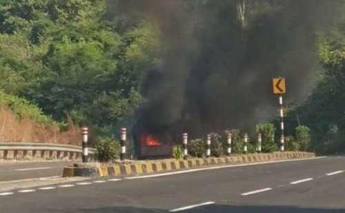 राष्ट्रीय राजमार्ग पर ट्रक में लगी आग, सिलेंडर फटने के बाद हुआ धमाका !