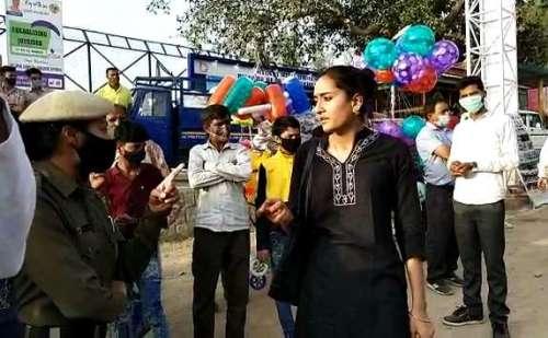 मेले में बिना मास्क एंट्री कर रही थी युवती, पुलिस ने रोका तो शुरू हुआ हंगामा !