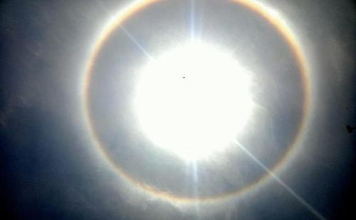 आसमान में दिखा अनोखा नजारा,  सूरज के चारों तरफ बनी रिंग का क्या है रहस्य ?