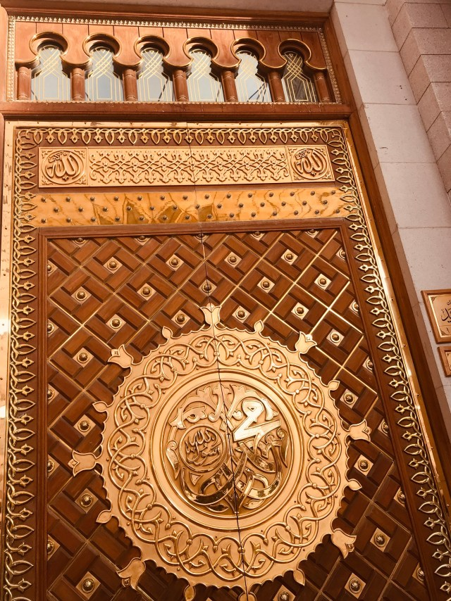golden-door-prophets-mosque-masjid-annabawi-madinah-saudi-arabia