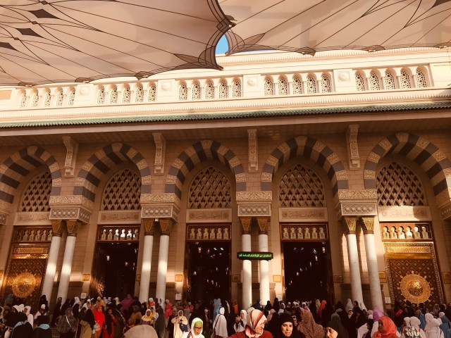 one-entrance-prophets-mosque-masjid-annabawi-madinah-saudi-arabia
