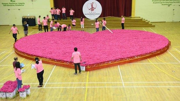 Singapore creates world's largest artificial flower bouquet