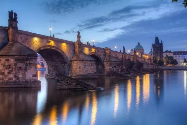 جسر تشارلز من اجمل اماكن سياحية في براغ