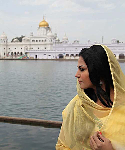 वीना ने गुरूद्वारे में टेका माथा        veena-malik-at-gurdwara-1-1-1365086120