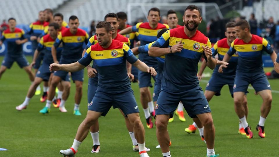 Romania's players take part in a training session at the Stade de France in Saint-Denis, outside Paris, on June 9, 2016 on the eve of the Euro 2016 football match between France and Romania.   / AFP / KENZO TRIBOUILLARD        (Photo credit should read KENZO TRIBOUILLARD/AFP/Getty Images)