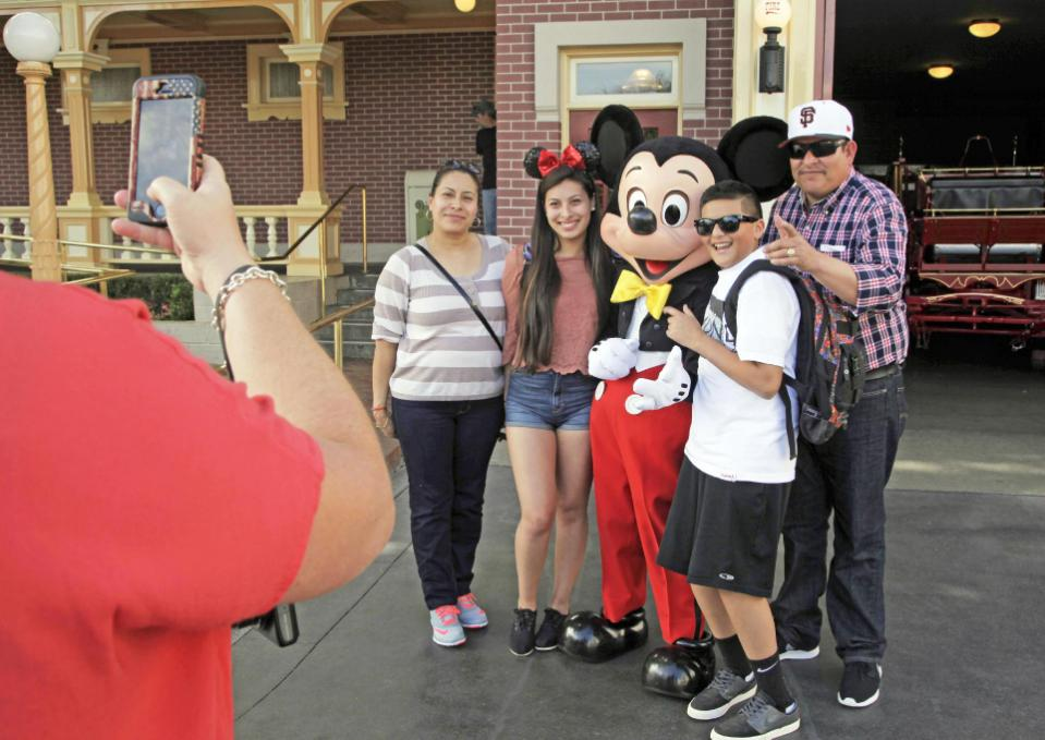 disneyland visitors_80023