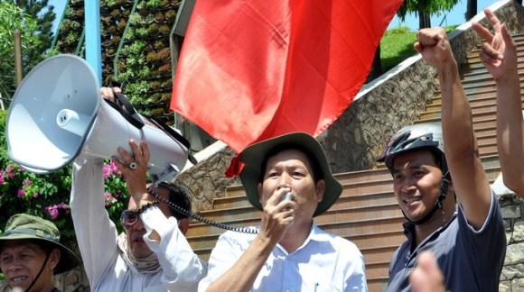 """Ông Lê Xuân Tươi, bí thư Thành ủy TP Vũng Tàu, trực tiếp """"xuống đường"""" nói chuyện với đoàn biểu tình đã làm giảm được sức nóng của đám đông - Ảnh: Hà Đồng"""
