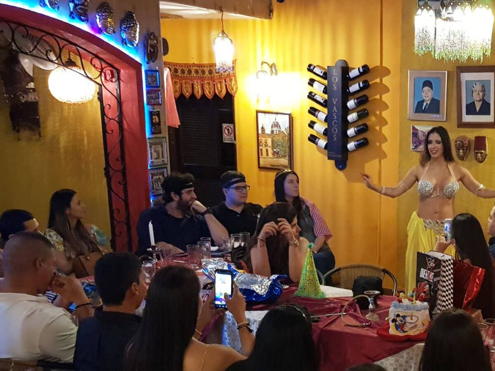 Show de danza árabe en Kibbes Fusion