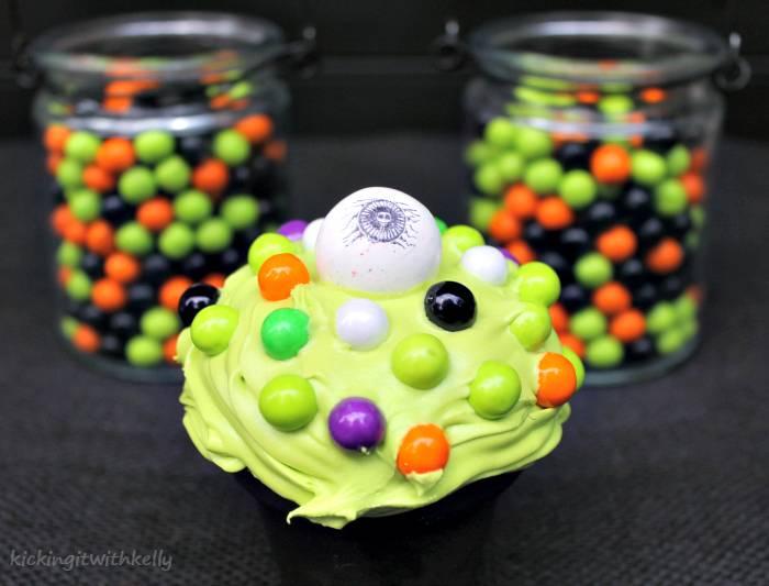 Cute Spooky Halloween Eyeball Cupcakes-cyclops cupcake 2