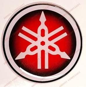 Emblème Logo Decal Yamaha, adhésif en résine, effet 3d. Couleur: Noir–Rouge. Pour réservoir ou casque