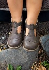 teach a child how to wear shoes on the right feet correctly