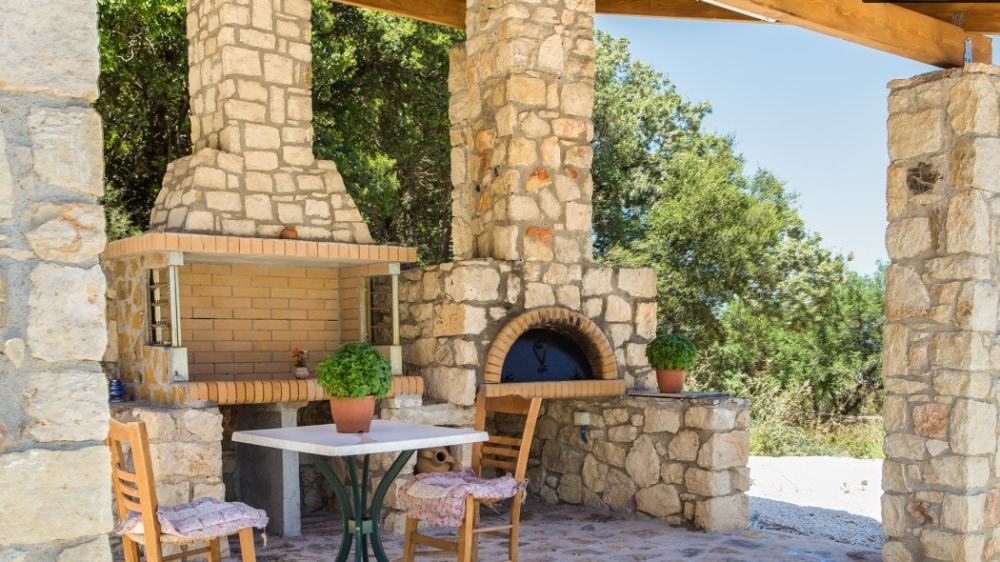 Comfortable family villa surrounded by oaks and olive trees