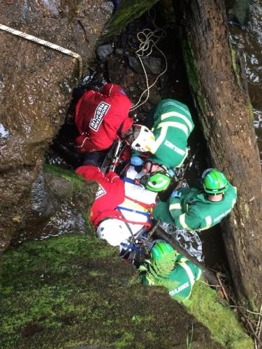 Preparing the stretcher and checking the casualty before raising the stretcher