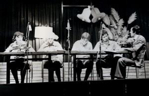 Ria Zantman, Joke van den Berg, Hans Goossen, Willem van den Berg en Nico Zantman in een restaurantsketch met dollende kinderen.