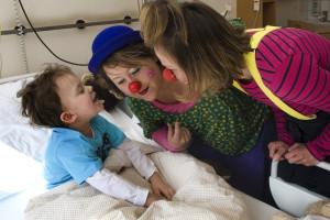 2 Klinikclowns mit Kind im Krankenhaus