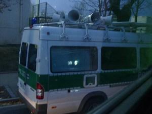 Polizeifahrzeug mit diversen Lautsprechern, durch das eine Kommunikation möglich gewesen wäre