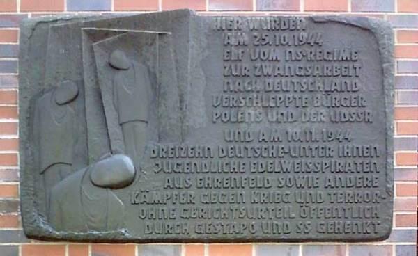 Originaltext der Gedenktafel in Köln-Ehrenfeld: Hier wurden am 25.10.1944 elf vom NS-Regime zur Zwangsarbeit nach Deutschland verschleppte Bürger Polens und der UdSSR und am 10.11.1944 dreizehn Deutsche, unter ihnen jugendliche Edelweißpiraten aus Ehrenfeld so wie andere Kämpfer gegen Krieg und Terror, ohne Gerichtsurteil öffentlich durch Gestapo und SS gehenkt. Siehe Edelweißpiraten