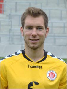 Portraitfoto Himmelmann, Torwart beim FC St. Pauli. Er trägt ein gelbes Trikot, im Hintergrund sieht man die grauen Zuschauerränge vom Millerntor-Stadion