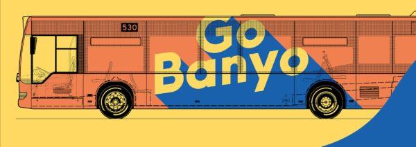 Illustration: Ein orangener Linienbus vor gelben Hintergrund. Auf dem Bus steht in gelben Buchstaben (blau abgesetzt) Go Banyo
