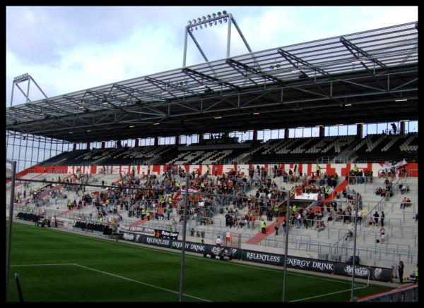 Etwa 30 Minuten nach Stadionöffnung. Sonst ist es im Stadion zu dem Zeitpunkt schon voller...?