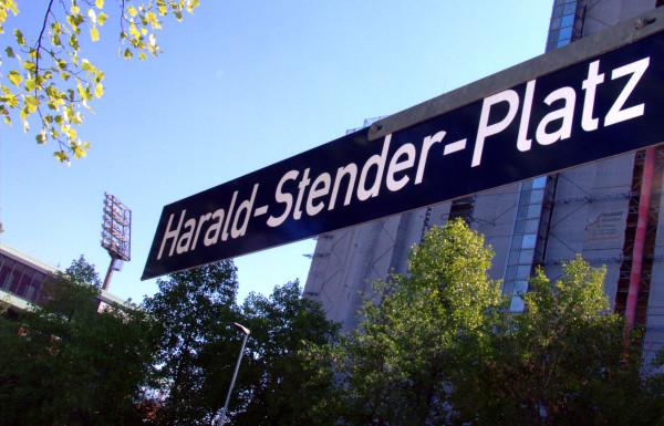 Straßenschild Harald-Stender-Platz auf dem Vorplatz der Südkurve im Millerntorstadion, Hamburg