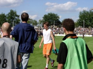 Gefrusteter Spieler von Werder Bremen nach Niederlage gegen St. Pauli