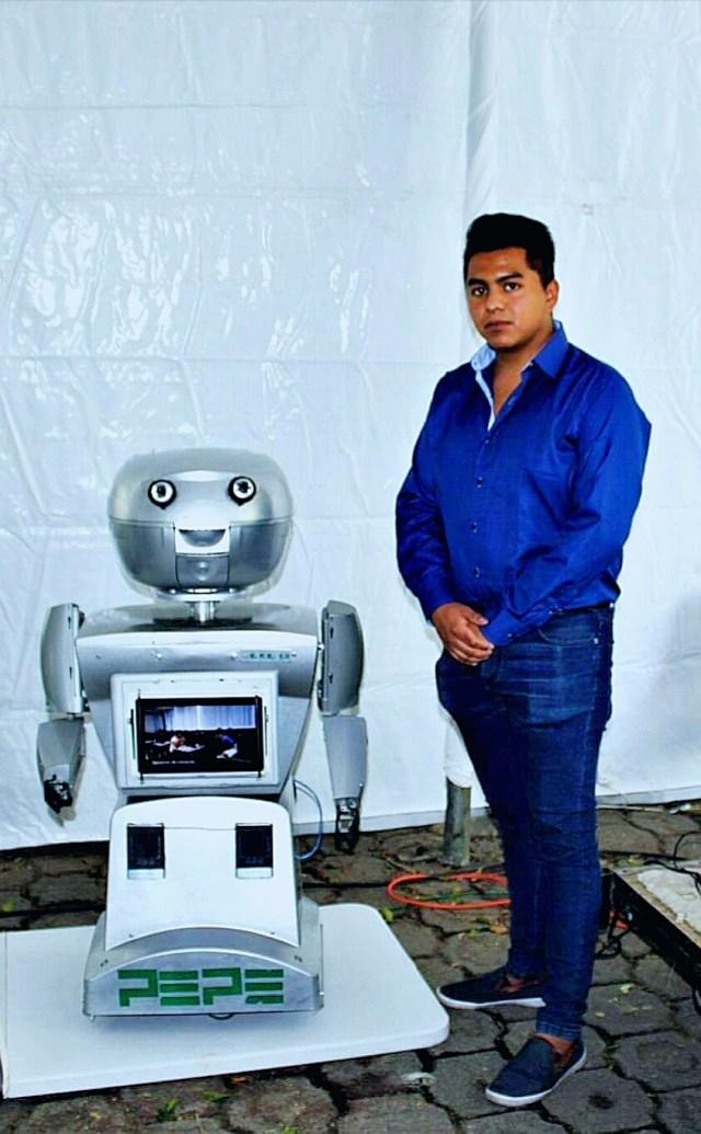 El robot PEPE junto con su cuidador y encargado actual, ya que se trata de un proyecto de varias generaciones de la UAM Iztapalapa.