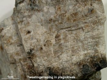 Plagioklaas_met_tweelingstreping_-_Sogndal_Noorwegen