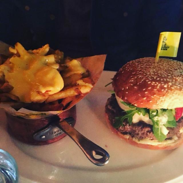 Humm le bon burger au Pesto de Mamie Burger! Servicehellip