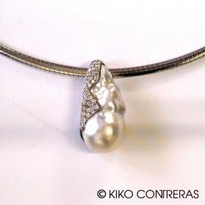 Perla australiana en oro blanco y cuajado de diamantes
