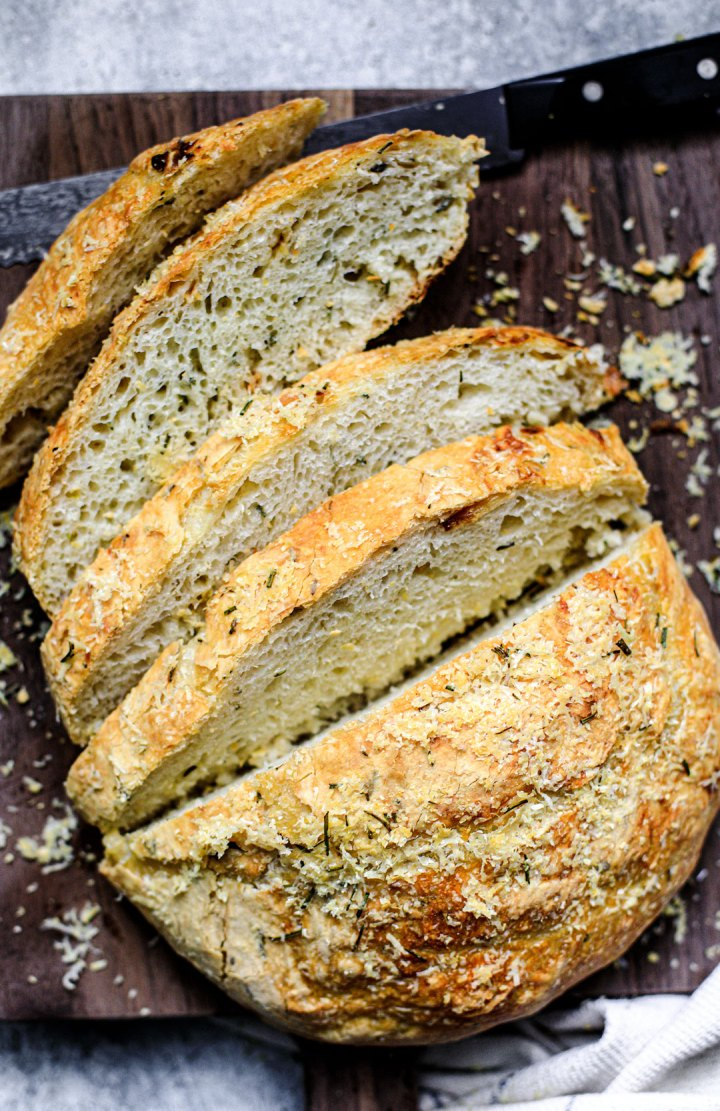 Easy Dutch Oven Bread with Roasted Garlic and Rosemary {No ...
