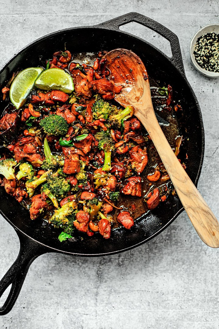 Skillet full of spicy sesame chicken and broccoli.