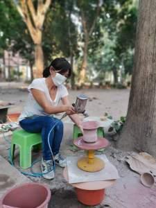 'ai trouvé un plaisir énorme à réaliser ces pots en céramique, de couleur céladon. Travailler en plein air, que du bonheur ! I found enormous pleasure in making ceramic pots, celadon color. Working outdoors, just happiness!