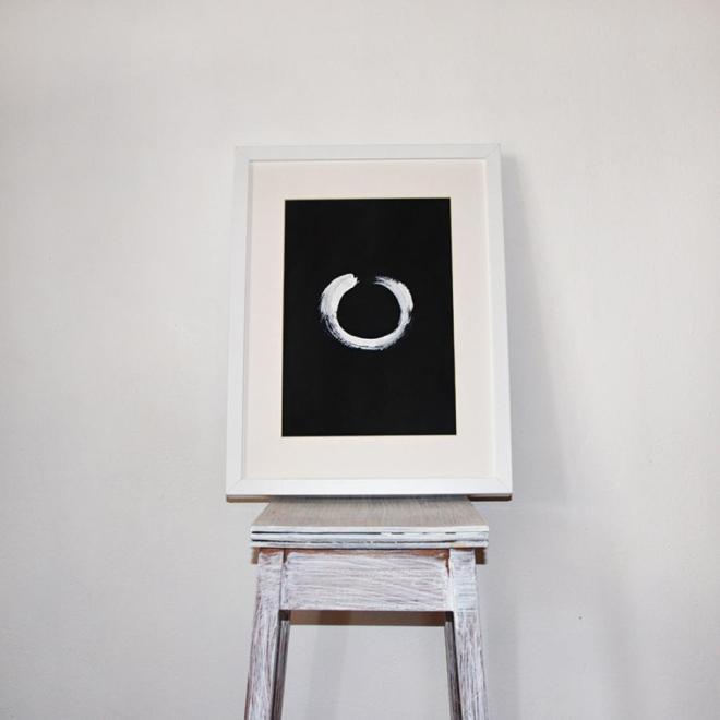 Enso in Weiß auf schwarzem Hintergrund | Mit weißem Rahmen