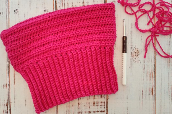 With a super stretchy, simple to make ribbed brim, you can whip up this crocheted #pussyhat in no time!