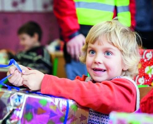 Kind met ingepakte doos