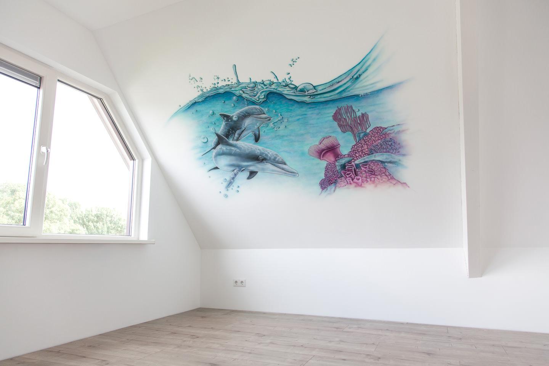 Muurschildering dolfijnen en koraal op schuine zolder muur