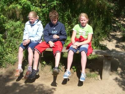 Auch eine Pause muss mal beim Wandern sein, meinen die Kinder. Foto:(c) utto62  / pixelio.de