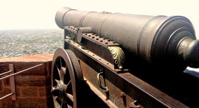 An die Kanonen! Für eine zünftige Piraten Schnitzeljagd mit Schatzsuche gehört auch ein Kanonenschießen. Foto: (c) Katharina Wieland Müller  / pixelio.de