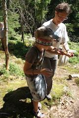 In Baiersbronn haben wir dieses simple Spiel für die Kinder im Wald gelernt: Baum finden. Foto: (c) Kinderoutdoor.de